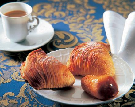 Neapolitan coffee and cakes to give you a welcome typical at BW Hotel Paradise.