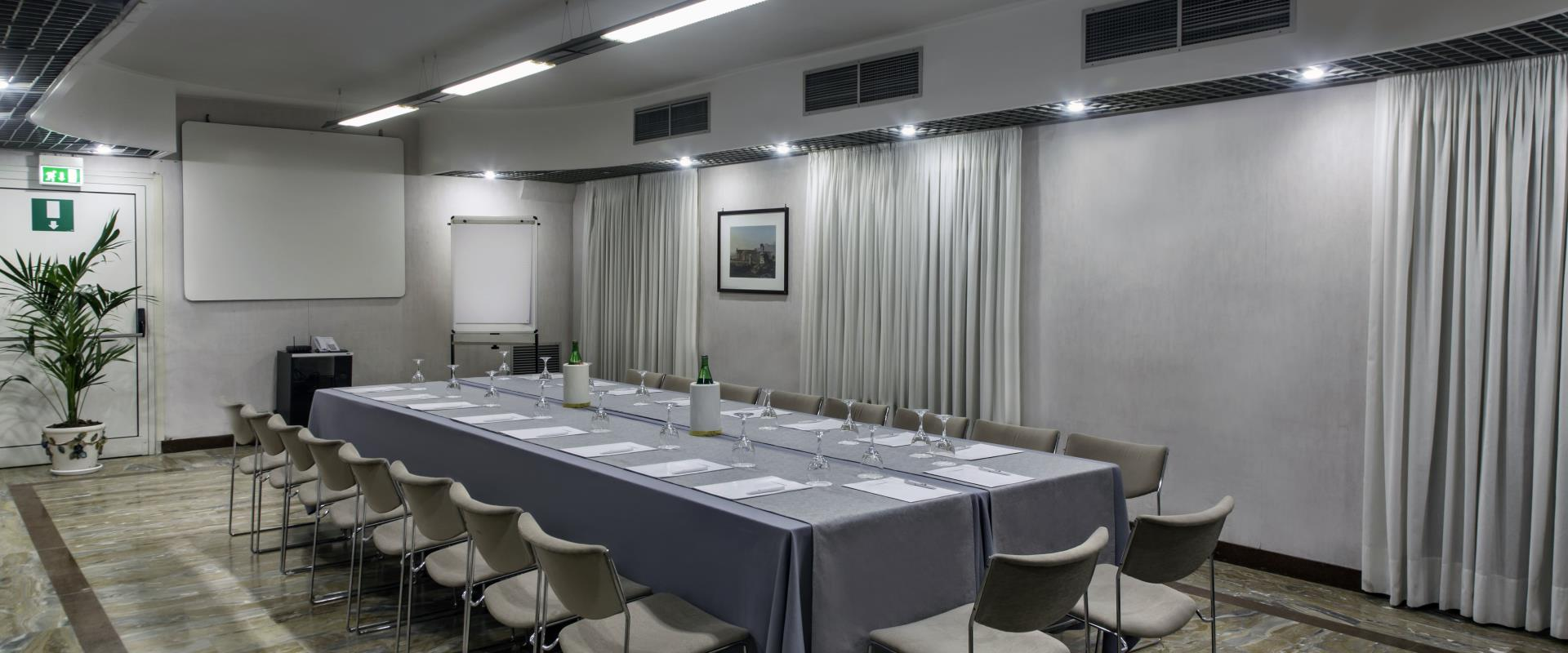 Procida Meeting Room met Imperial Table Hotel Paradiso Napels